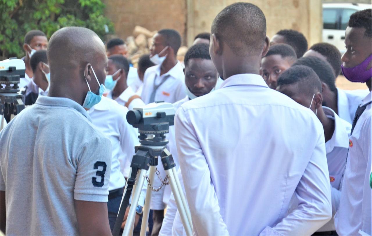 les étudiants en Génie civil en atelier de topographie